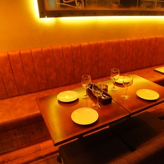 【お洒落なテーブル席も充実♪】4名様用テーブルも!!誕生日・記念日やデートにもお使いいただけます♪大人数でもレイアウト自由に変えられますので、お気軽にご相談ください。