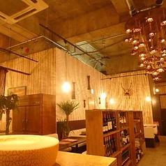 天井が高い解放感のある店内。ゆっくりと寛げるソファ席です。