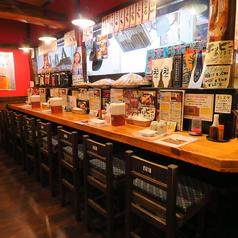 【カウンター全11席】お一人様・お二人様・常連様におススメのお席です。赤土色の壁と様々なポスターが昔ながらの懐かしいTHE居酒屋。混雑時は2時間制となります。ご了承ください。