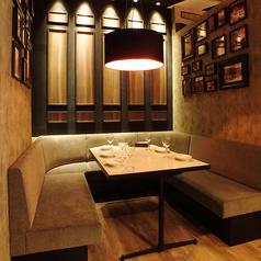 【モダン空間のソファー席】4~6名様でご利用いただけるソファー席。おしゃれな空間で食べる、本格窯焼きピッツァは最高です♪