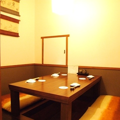小上がりの半個室は掘りごたつとなっておりくつろげる空間となっております。ご予約はお早目に!