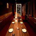 間接照明の温もりを基調とした個室♪2名様からご利用頂ける個室を完備しております。間接照明の温もりを基調とした個室がゆったりとリラックスできる空間を提供いたします。お食事はもちろん、飲み会や宴会、女子会などにも是非ご利用ください。