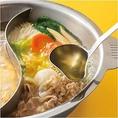 【オリジナルスープ】チキンベースのあっさりとした味わいは、どんな具材とも相性抜群