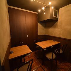 【~8名/キッチン奥半個室】メインのテーブル席から通路を隔てた奥にあるブラウンを基調にしたインテリアの落ち着き空間。仕切りはないもののキッチンの奥に位置しているので、まるでプライベート空間のように他のお客様に気兼ねなくお食事やご宴会をお楽しみいただけます。合コンや女子会に最適です。