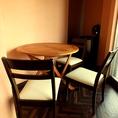 入口近くのテーブル席。