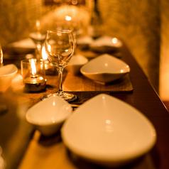 【カップルシート個室】優しい光に包まれた落ち着いた空間は二人だけのプライベート空間。周りを気にせず会話とお食事をごゆっくりお楽しみ頂けます。