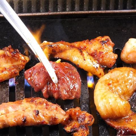 焼肉スタイルの鶏やきにく!無煙ロースター使用で匂いも煙も気になりません