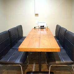 店内奥には6人掛けのテーブルが3つ完備!仕事仲間やグループ、ファミリーなど少人数のお食事にぴったりです♪