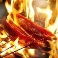 店内で藁焼きにして藁独特の香りと瞬間に燃え上がる火力で、ふわっと味わい深い鰹に仕上げます!使用する藁は長野県産の水分量がしっかり保たれた一級品の藁!香りの立ち方が全然違います!生焼きだと生臭く、焼きすぎると焼き鰹になってしまい、火加減と焼き時間の絶妙のタイミングが美味しさを作り出します。