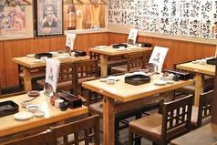 1階にあるテーブル席は、4名様用を6卓配置。気軽に立ち寄れる雰囲気なので、お仕事仲間との晩酌にもおすすめです。