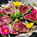 料理メニュー写真初鰹と新玉ねぎの春サラダ