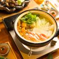 吟醸鶏ガラ鍋+飲み放題付コースは4000円からご用意致しております。吟醸鶏ガラ鍋は、出汁からこだわっており、お鍋も土鍋に変更したことで、食材それぞれの本来の旨みを堪能頂けます。当店の名物鍋をぜひ一度ご賞味ください。