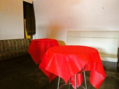 レイアウトも自由に変えられるテーブル席が10卓ございます。さらに増設して80名様まで着席可能です。