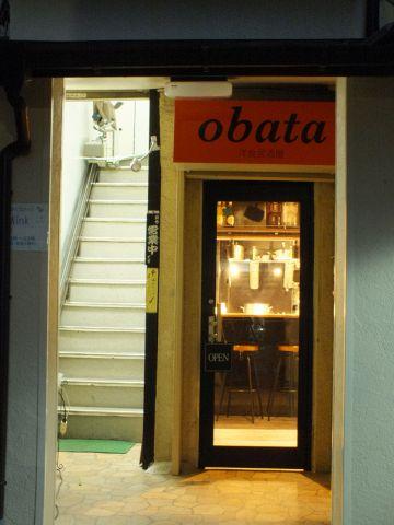 京王線「聖蹟桜ヶ丘」 東口を出て徒歩3分の好立地!!隠れ家的な扉を開けると楽しい洋食居酒屋があります。黒を基調としたオシャレな店内なのでデートに女子会におすすめです。