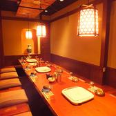 20名様のご宴会場。和情緒溢れる空間は仲間との会話がはずみます!江戸町を再現した店内はあたたかい色に包まれてほっこりできます♪カウンターでいただくおでんやお魚が絶妙!落ち着いた空間で、こだわりのお料理とお食事をご堪能ください。