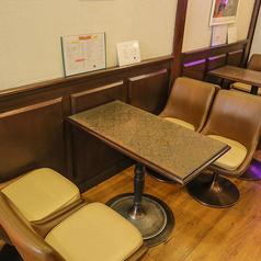 テーブルのお席は4名様掛けお席が4席ございます♪店内を一望でき、雰囲気を味わいながら召し上がるコーヒーは絶品です♪