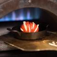 レタスや肉厚大椎茸といった窯焼き野菜、ピッチァをよりおいしくお届けするため、専用の窯を用意しております。