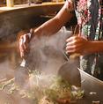 カウンターの目の前には一面に鉄板が広がります。鉄板ゴーヤチャンプル!沖縄料理はおいしくて体にいいと評判です♪金山でご宴会・女子会をお考えなら、お得な飲み放題のある琉球ダイニングどなんち!!