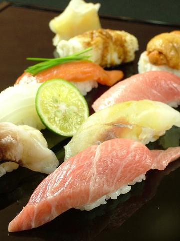 メディアも食通も注目!美食の館…。知る人ぞ知る寿司の名店。極上寿司セットは4635円