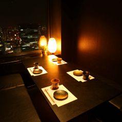 大阪湾まで一望できる人気のテーブル席☆33階から夜景と落ち着いた雰囲気の店内で花美咲をお楽しみください!美味しい和食がたくさん食べられるコースをご用意いたしております♪貸切利用、パーティー利用などなど様々なシーンでご利用いただけます【梅田/和食/居酒屋/夜景/宴会/個室/大人数/女子会/記念日/誕生日/デート】