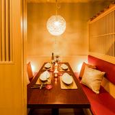 【2名~4名様用個室】障子のような飾り窓と柔らかい照明で和の雰囲気が漂い、扉で仕切られたプライベート空間は完全個室でデートや女子会、ご会食などに最適です。