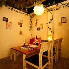 《ゆったりとお食事を楽しめる》清潔感のある広々とした空間でご宴会をしませんか?店内に入ると優しい照明の灯る落ち着きのある雰囲気が広がります。3時間食べ飲み放題は2,980円~ございます。各種ご宴会に是非ご利用ください。