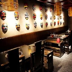 壁面に所狭しと飾られたお面。中国文化を感じていただけます。1席ずつ、ゆったり席を設けてあるので、隣を気にすることなくお楽しみいただけます。