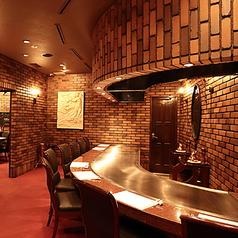 目の前でシェフが調理を行う、ステーキ専門店ならではの光景をお愉しみいただけるお席です。ランチや記念日などのご利用も大歓迎です。