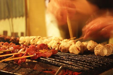福山駅裏から徒歩2分!地鶏の串焼き・刺身など自慢の鶏料理をお楽しみいただける◎