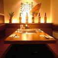 6名様まで座れるテーブル席。目の前の鉄板で焼きながら、ワイワイ楽しむことができます!