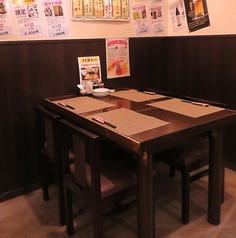 【4名様席】パーテーションをおろした半個室のテーブル席。