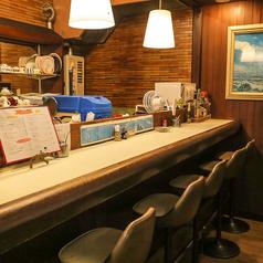 カウンターのお席は5名掛けと4名掛けのお席の2つございます♪片方は喫煙可です♪しっぽりと一人でコーヒーなんてのも通ですよ♪
