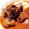 料理メニュー写真特選黒毛和牛ホホ肉の赤ワイン煮込み