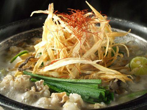 地鶏ガラスープをベースにしたあっさりとした味噌風味のもつ鍋