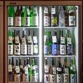 「地酒20種類セルフ飲み放題」フロアの片隅に置かれている日本酒セラー。常時20種類以上の日本酒・果実酒のほか、向かいの棚には厳選焼酎もスタンバイ!お好きな時に、お好きなだけ、お待たせすることなくお楽しみいただけます。