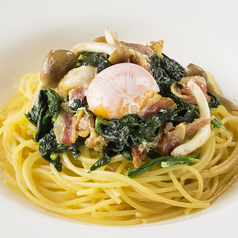 料理メニュー写真(和風)ベーコン、ほうれん草、しめじ、卵、ニンニク