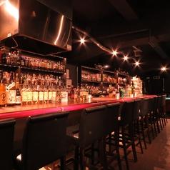 お酒が並ぶバーカウンターを12席ご用意しています。貸切時にはお料理が並びます。