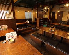 ゆったり座れるテーブル席も多数【1階 カウンター席 / 2階 テーブル・お座敷 最大50名様での宴会や貸切OK】