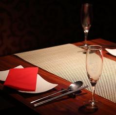 テーブル席はすだれで仕切られ隣の視線が気にならない仕様に。すだれを上げることで4名様以上の人数にも対応可能です。リーズナブルかつ心に残るご宴会を目指して、飲み放題付き宴会コースを4000円~ご用意しております。人数やその他にご希望ご相談あればお気軽にお問い合わせください!