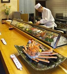 1階はカウンターとなっております。目の前でさばかれる新鮮な魚は絶品☆