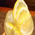 グラスのフチに、少し付いた岩塩とたっぷり入ったレモンと一緒に飲むサッパリスッキリサワーはお口直しにぴったり◎その他にもハイボールや生ビール、マッコリなど種類豊富なドリンクメニューをご用意しております。