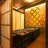 モダンテイストの大人のためのプライベート個室♪間接照明が織りなす光と影のコントラストが落ち着きある空間を演出いたします。飲んでおしゃべりや会話を楽しむ間に時間を忘れでしまうくらい居心地の良い空間へとご招待いたします◎デート、合コンでの利用にぴったりのオススメのお部屋です◎