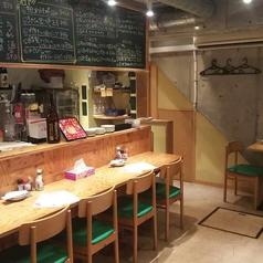 目の前にキッチンがあるカウンター席は、特に常連様に人気のお席となっております!落ち着いた空間の中で、是非ごゆっくり食事をお楽しみください♪