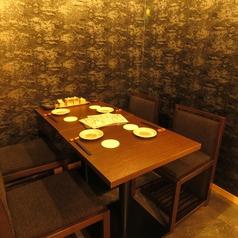 地下テーブル席はコンパや女子会にも人気です★同僚や友達と談笑しながら炭火料理と愉しい夜を…