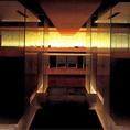 ガラスで仕切られた半個室席。間接照明の反射が美しく、もてなしの席にも最適。