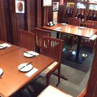 仕事帰りのサク飲みや少人数の宴会に便利なテーブル席!