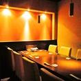 半個室の落ち着いた雰囲気のテーブル席です。