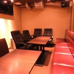 カラオケを完備した完全個室です。最大16名までのご利用いただけます。(カラオケ1曲100円)