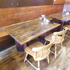 4名様掛けのテーブルをご用意♪お席はくっつけられますので、お人数様に合わせてご用意させていただきます!
