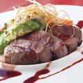 料理メニュー写真国産牛のステーキ アボカドとモッツァレラのミルフィーユ